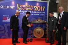 Opening ceremony of Trenchless Indonesia 2017 (From L-R: Mr Raswari, MM, Chairman of Indonesian Professional Engineer Association, Guest of Honor – Mr Eddy Ganefo, Chairman of Indonesian Chamber of Commerce and Industry, Mr David Chow, Director HQ Bizlink